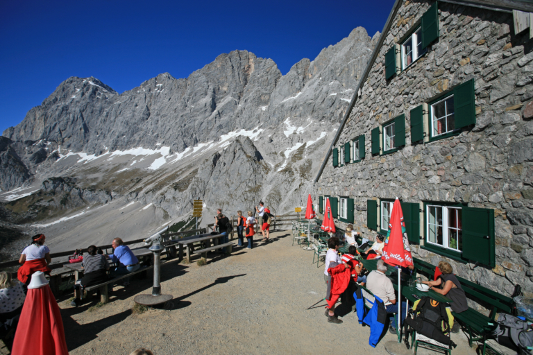 Südwandhütte mit Dachsteinblick