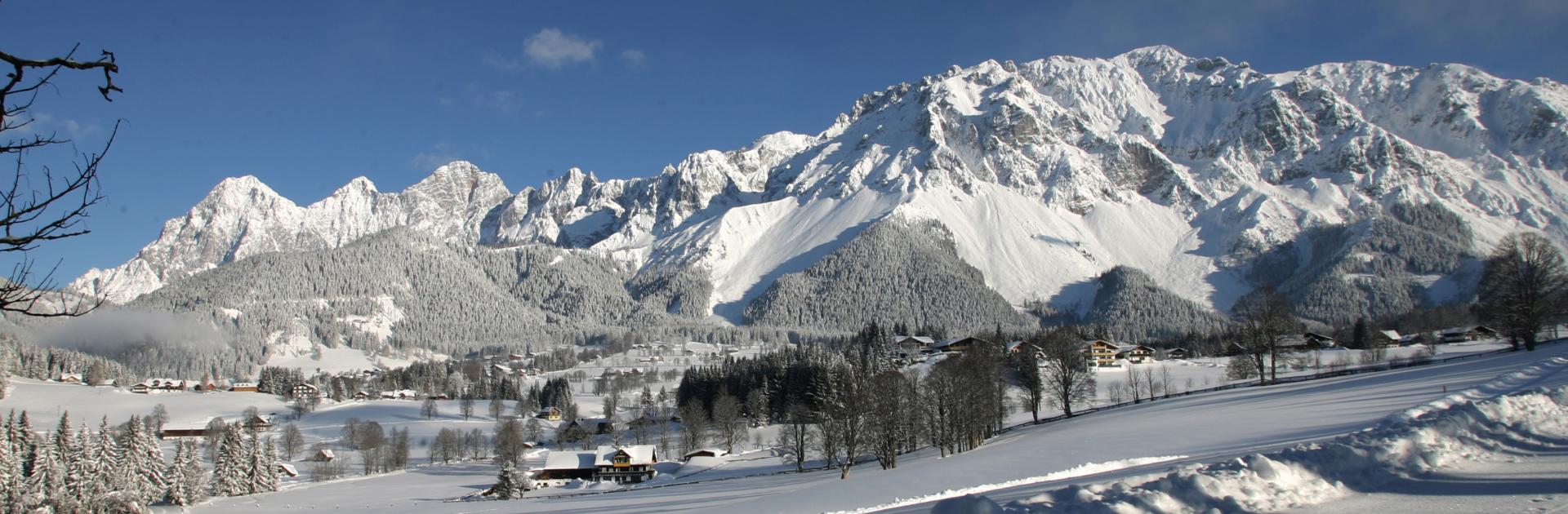 Winterlandschaft mit Blick auf das Dachstein Massiv